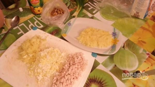 На блюдо выложите половину картофеля, сделав овальную форму. Смажьте слой майонезом.