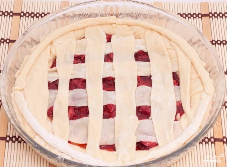 Из оставшегося теста делаем полоски теста, накрываем пирог. Выпекаем в духовке 40 минут, температура 200 градусов.