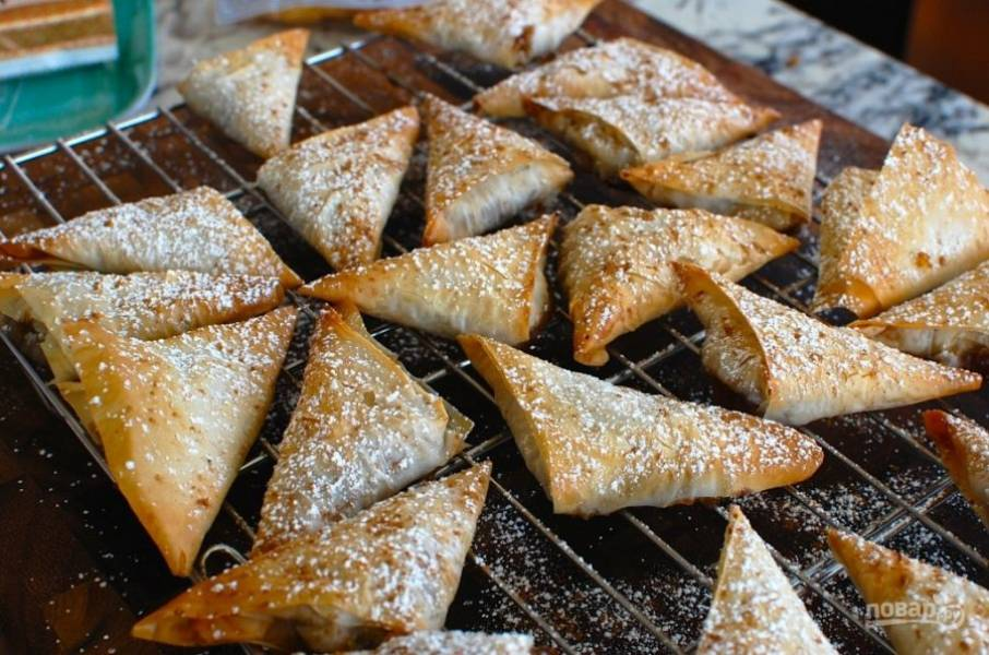 8.Украсьте пирожки сахарной пудрой. Подавайте их теплыми или после остывания.