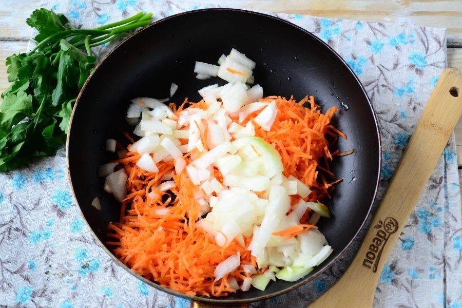 Морковь натрите на мелкой терке, луковицу мелко порубите. Выложите овощи на сковороду с разогретым растительным маслом и готовьте на среднем огне несколько минут, пока овощи не станут мягкими.