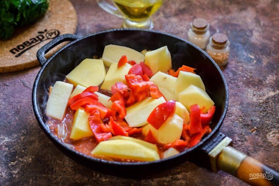 Теперь добавьте в сковороду картофель, перец и воду — тушите картофель под крышкой 45 минут на небольшом огне.
