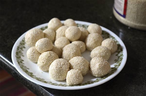 2. Чтобы кунжут лучше держался, а шарики в процессе запекания не развалились, рекомендую подержать их в морозилке 10 минут.