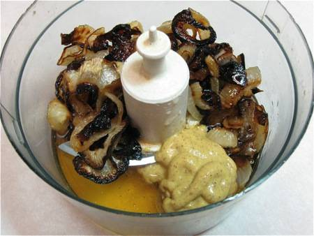 2. Лук измельчим и обжарим до коричневого цвета. Далее в блендере смешаем лук, мед, уксус, горчицу и специи до однородности. После чего вливаем сметану, перемешаем еще раз.