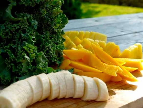 Капусту промойте и порвите листочки руками, очистите и порежьте кусочками все фрукты, отмерьте необходимое количество сока.
