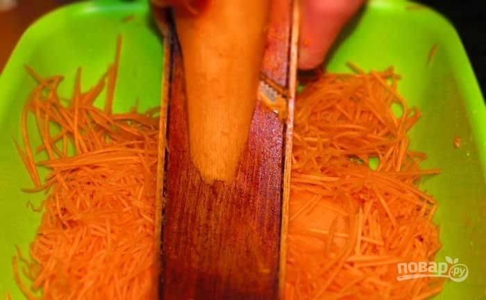 Морковь почистите, помойте и натрите на специальной тёрке в глубокую посуду.