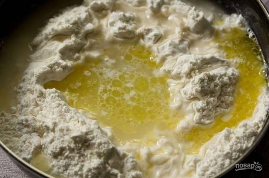 Частями, постепенно перемешивая, добавляйте воду. Замешивайте тесто в течение 10-12 минут.