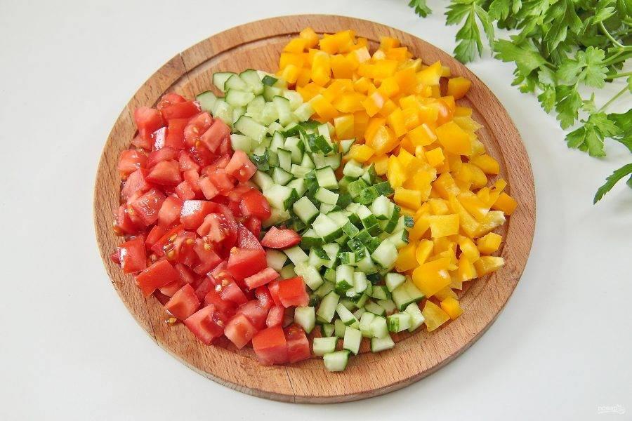 4. Огурец, помидор и перец нарежьте кубиками одинаковой величины.