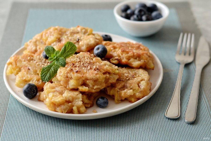 Яблочные фриттеры готовы, приятного аппетита!
