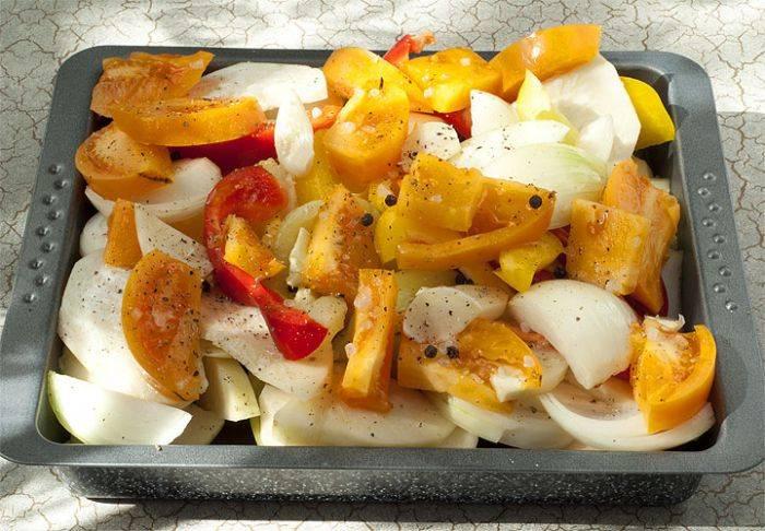 Сложите овощи на противень. Посолите и поперчите, добавьте приправу по вкусу. Сверху полейте оливковым маслом. Далее запекаем в разогретой духовке. Постоянно перемешивайте и следите за овощами. Запекайте до готовности.