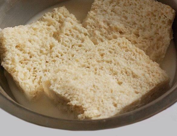 1. Перед началом процесса приготовления необходимо замочить несколько ломтиков хлеба в молоке или сливках. Достаточно оставить их на 10 минут.