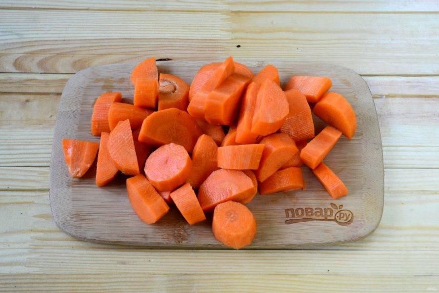 Морковь очистите и порежьте на небольшие куски.