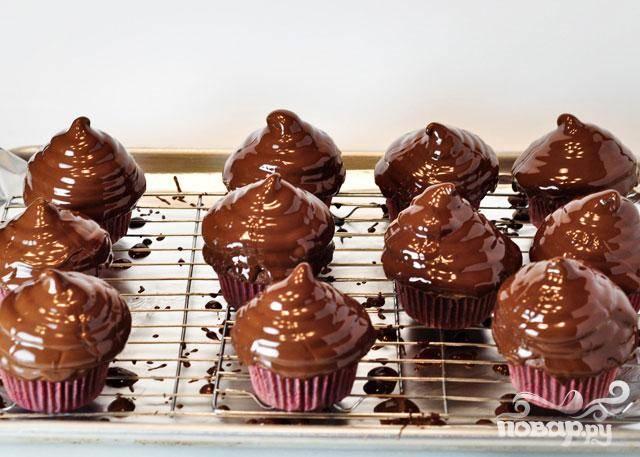 7. Залить шоколадной глазурью сверху.