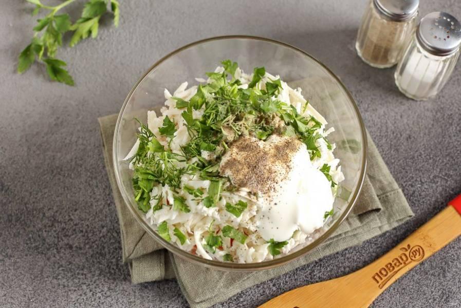 Добавьте сюда же тертую на крупной терке брынзу, рубленую зелень, сметану, соль и перец по вкусу.