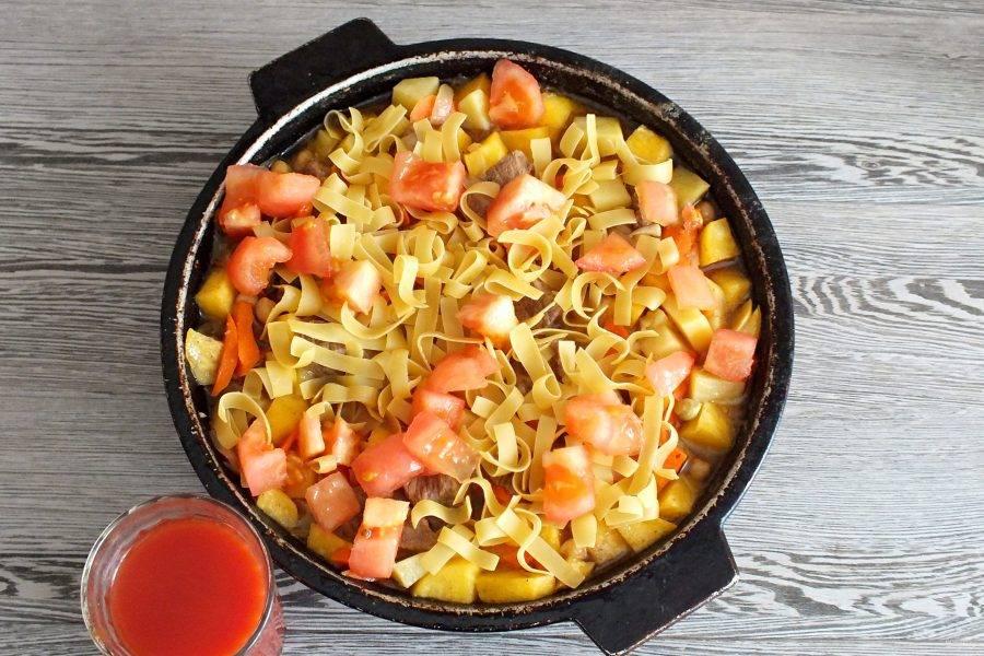 Разведите томатную пасту в стакане горячей воды. Через 30 минут добавьте разведенную томатную пасту, лапшу, помидор. Слегка перемешайте. Прикройте крышкой и варите еще 10 минут.