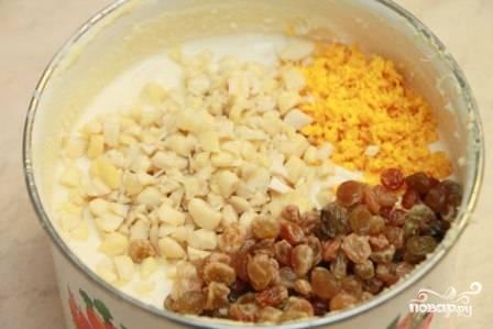 Когда масса уже остыла до комнатной температуры, добавляем в нее промытый и обсушенный изюм, измельченные обжаренные орешки и цедру апельсина. Перемешиваем.