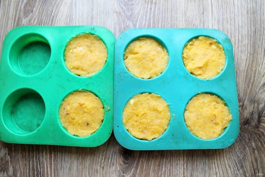 В форму для кексов разложите фарш, чуть ниже края и разровняйте.