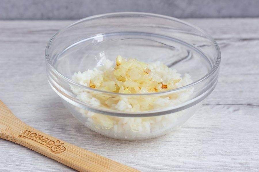 Репчатый лук очистите, мелко нарежьте и обжарьте на сковороде в небольшом количестве растительного масла до прозрачности. Добавьте к рису.