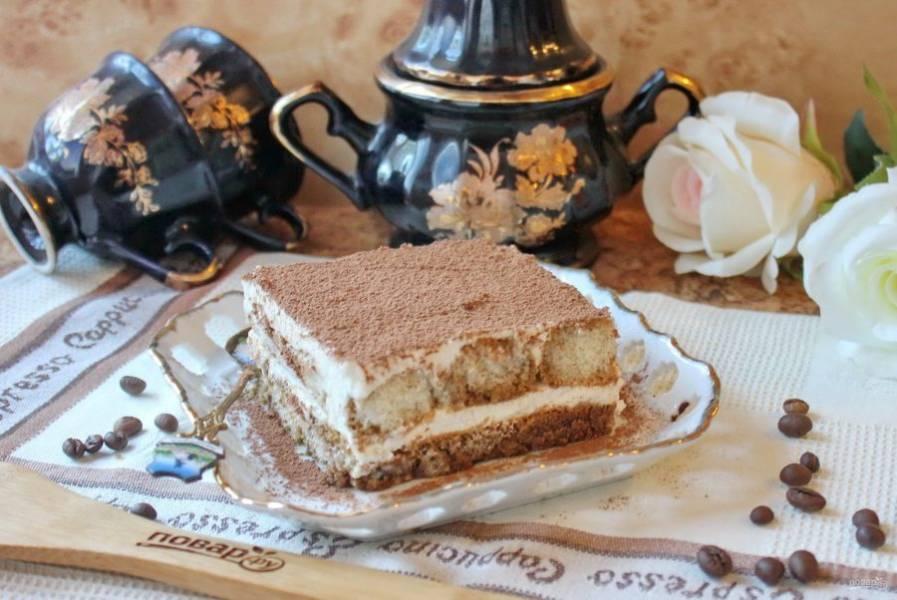 С помощью ситечка посыпьте торт какао-порошком и отправьте в холодильник на несколько часов. Порежьте торт на порции и подавайте к столу.