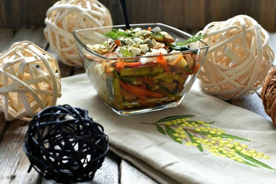 Переложите в салатник, посыпьте сверху раскрошенной фетой и тыквенными семечками, украсьте свежей зеленью и подавайте.