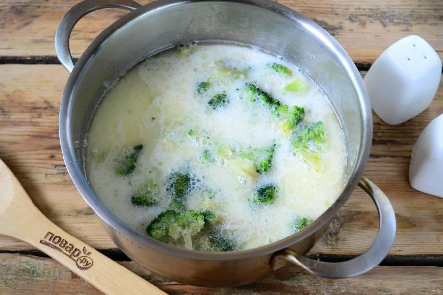 Брокколи порежьте на небольшое кусочки и отправьте в суп.