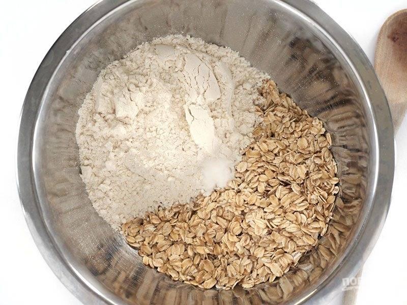 1.В миску насыпьте 1 стакан муки, добавьте овес, соду и перемешайте.