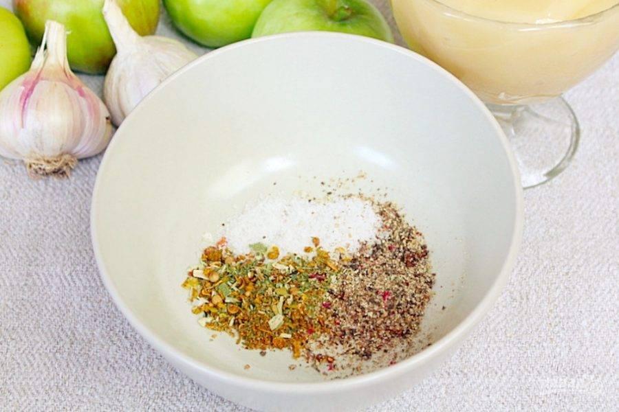 Готовим маринад. В пиалу насыпаем смесь пряных трав, перец и соль.
