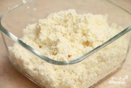 Творог лучше брать жирный и не мокрый. Протираем его через сито или прокручиваем через мясорубку с мелкой решеткой.