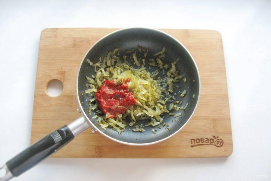Огурцы натрите на терке или мелко нарежьте. Выложите в сковороду, добавьте томатную пасту и немного растительного масла. Тушите на среднем огне 5-6 минут.