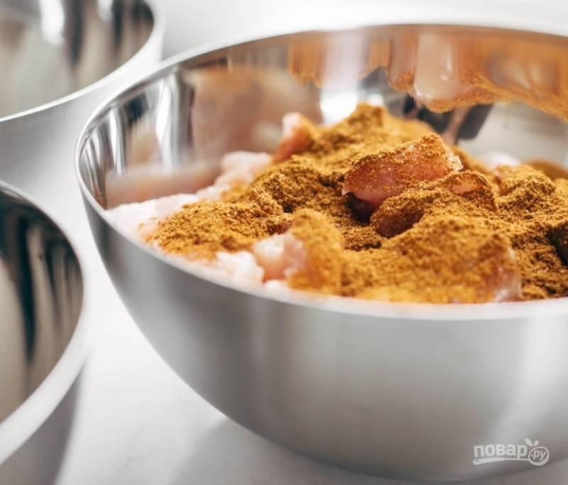 1.Нарежьте курицу без костей и кожи небольшими кусочками. Обваляйте курицу в смеси специй и выложите на противень, полейте несколькими каплями оливкового масла. Отправьте курицу в холодильник на полчаса.