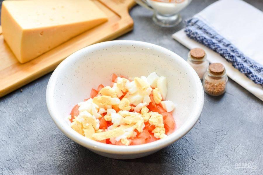 Куриное яйцо почистите и нарежьте небольшими кубиками, добавьте в салатник.