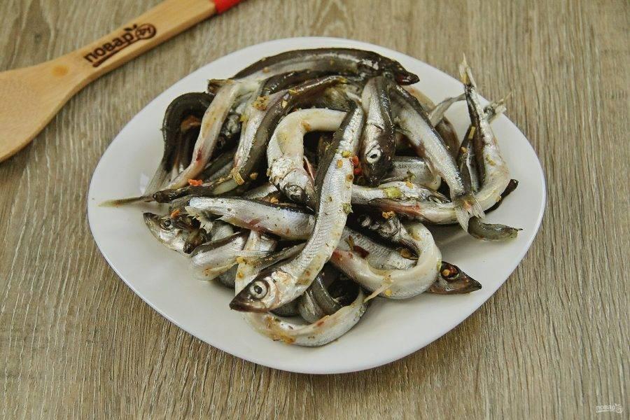 Пока варится картофель, успеваем обжарить рыбку. Мойву моем, обсушиваем и натираем солью и специями. Специи можете подобрать любые на свой вкус, у меня специальная смесь для рыбы.