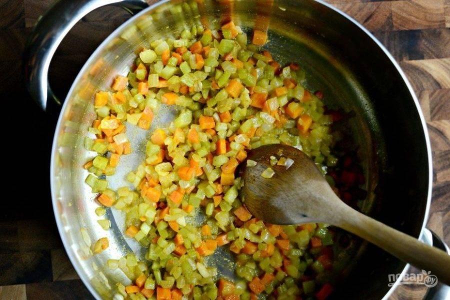 3. В это время займитесь овощами. Нарежьте мелкими кубиками сельдерей, лук и морковь. Обжарьте овощи в масле в течение 25 минут, помешивая.