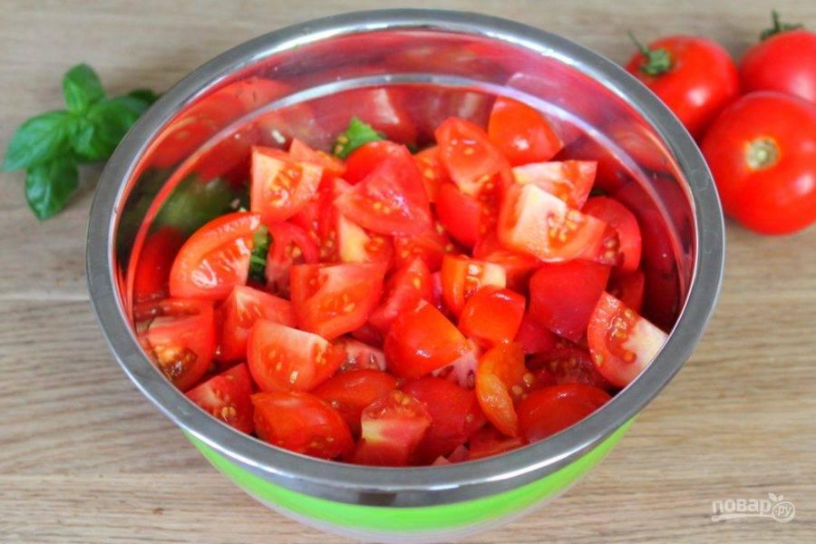 Помидоры режем и выкладываем в салат.