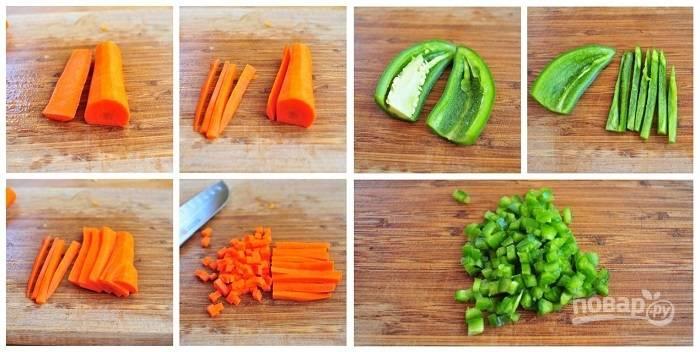 2. Пока варится крупа, можно заняться овощами. Очистите и измельчите морковь и острый перец без семян.