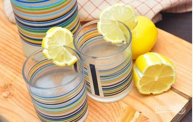 Перемешиваем все, украшаем долькой лимона. Вкусный и полезный натуральный лимонад готов, приятного!