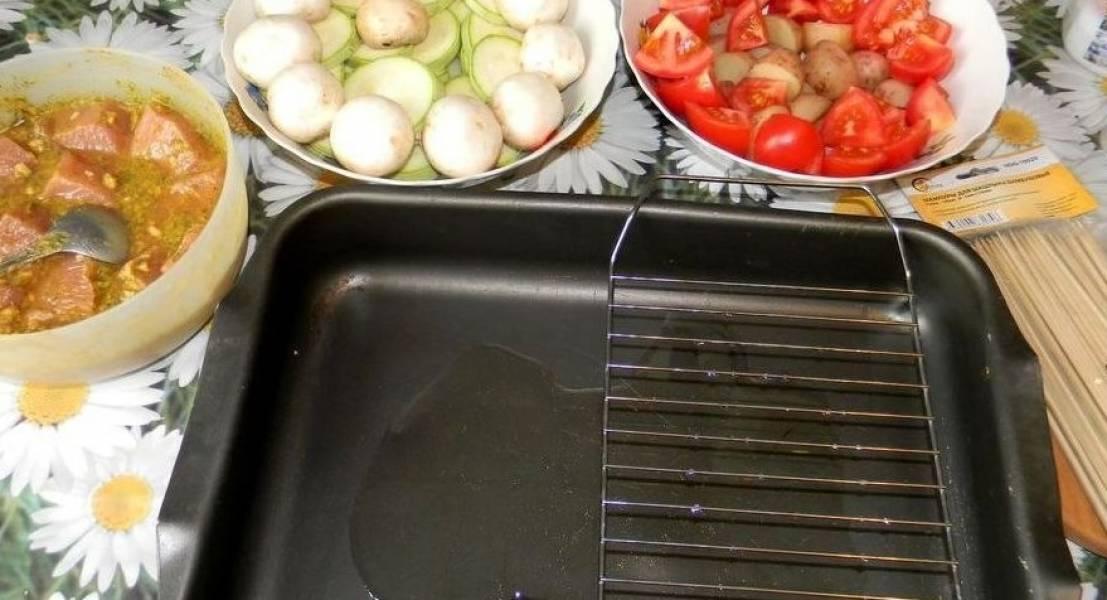 Можно овощи залить водой с под картошки и добавить соевого соуса, чтобы они в духовке не высохли. Тем временем, выкладываем решетку на противень. Разогреваем духовку.