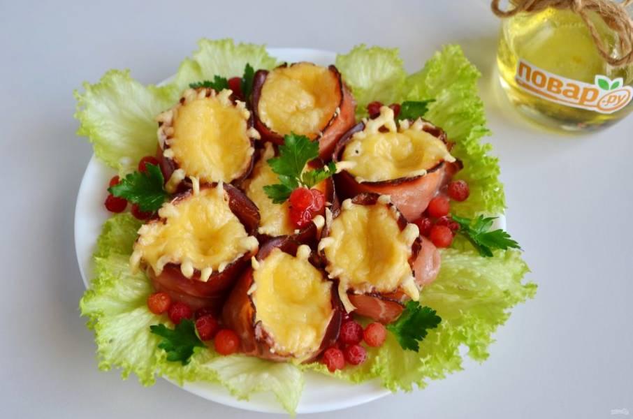 7. На тарелочку положите листочки салата, потом грибочки, украсьте зеленью, ягодами.