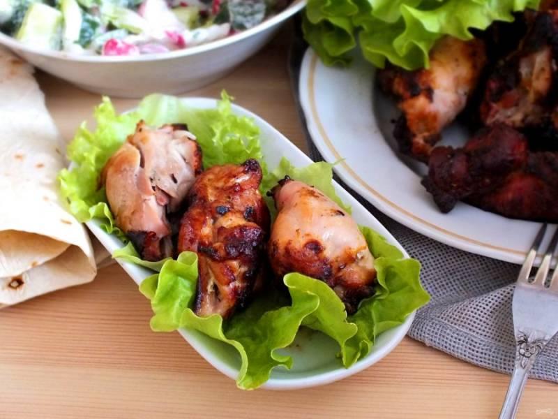 К шашлыку подайте салат из свежих овощей и лаваш. Приятного аппетита!