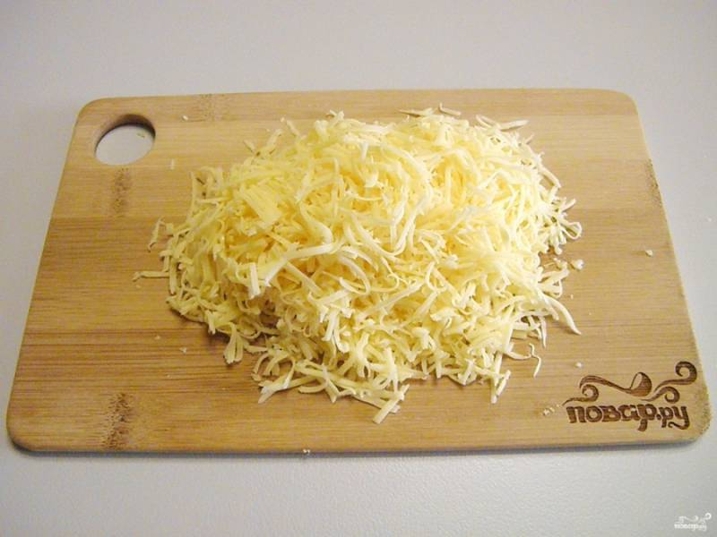 Натрите сыр на мелкой терке.
