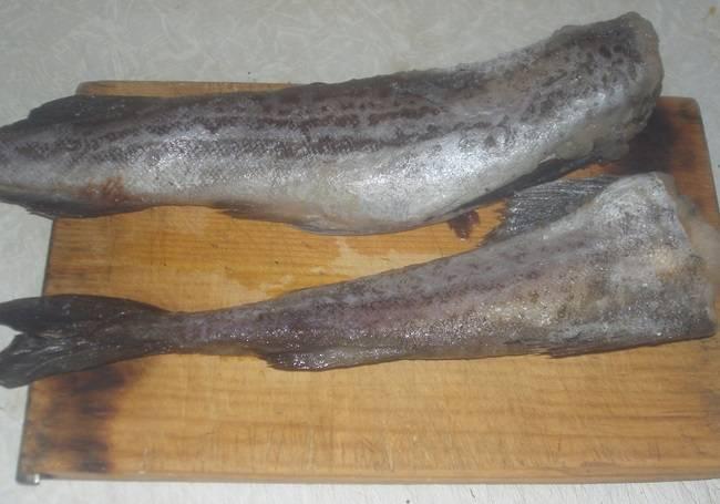 1. Сейчас я расскажу, как приготовить минтай под майонезом в духовке быстро и вкусно. Сперва нужно заняться рыбой. Ее необходимо вымыть, очистить от внутренностей, плавников и головы. Затем нарезать небольшими порционными кусочками и слегка посолить.