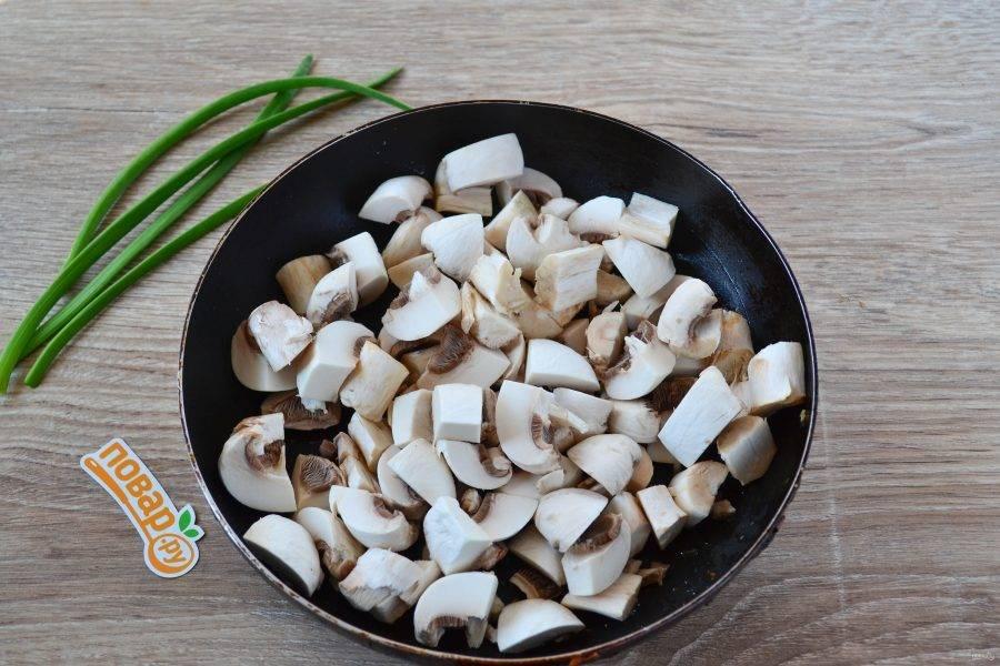 Шампиньоны нарежьте кусочками и обжарьте на другой сковороде до золотистого цвета. Можно обжаривать грибы с луком вместе, но мне больше нравится, когда они обжариваются отдельно.
