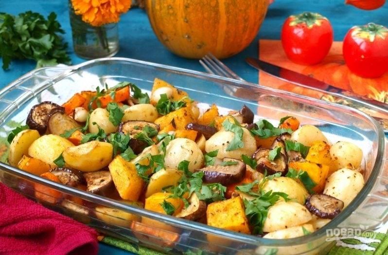 Запекайте овощи под фольгой в форме в течение 45 минут при 190 градусах. Приятного аппетита!