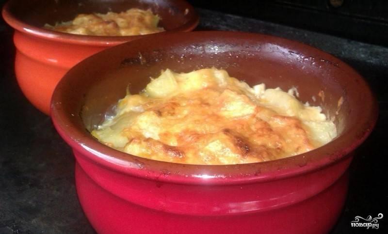 6. Готовьте до полной мягкости картофеля. В конце откройте крышки, и дайте возможность подрумяниться сыру. Теперь, когда вы знаете, как приготовить картофель с тушенкой, достаньте готовое блюдо из духовки и подавайте горячим. Приятного аппетита.