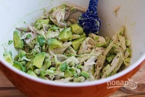 5.В большую миску кладу измельченную курицу. Добавляю к ней зеленый лук, авокадо, кинзу и заправляю приготовленным соусом, перемешиваю.