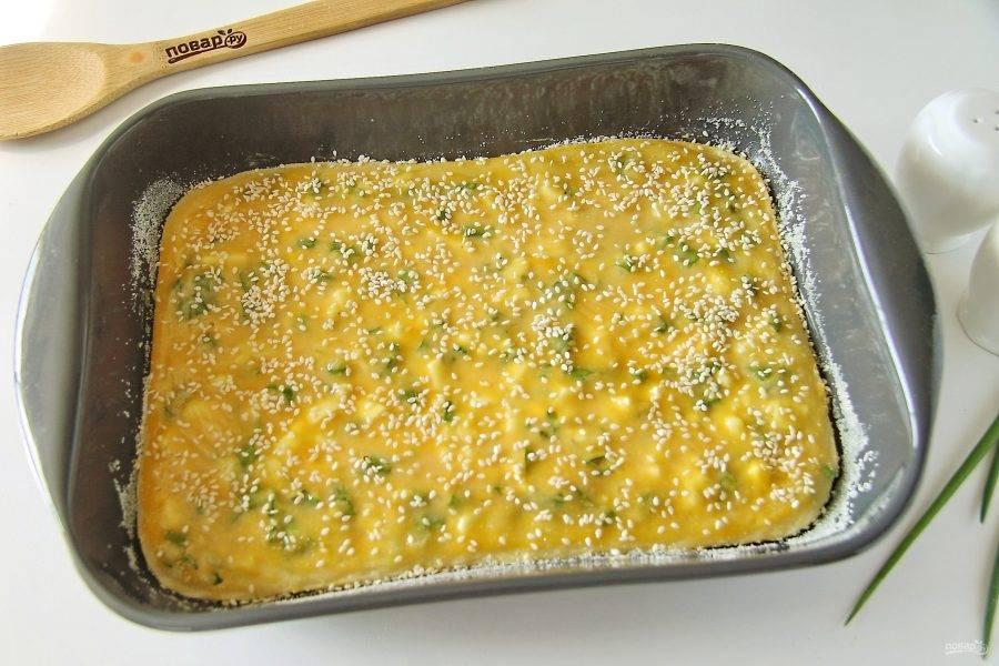 Как только верх схватится, достаньте пирог из духовки и смажьте его взбитым желтком. Верх посыпьте по желанию кунжутом или тертым сыром. Отправьте пирог обратно и готовьте до румяной корочки еще около 20 минут.