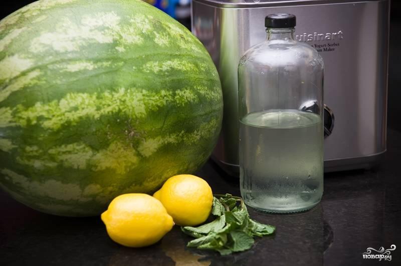 1. Приготовьте все ингредиенты для сорбета. Сироп можно использовать готовый или сварить из воды с сахаром на свой вкус.