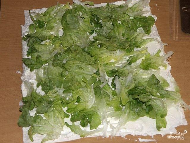 Разбросать салатные листья.