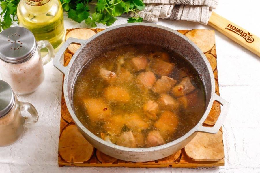 Влейте горячую воду и потушите мясо около 40 минут на умеренном нагреве.