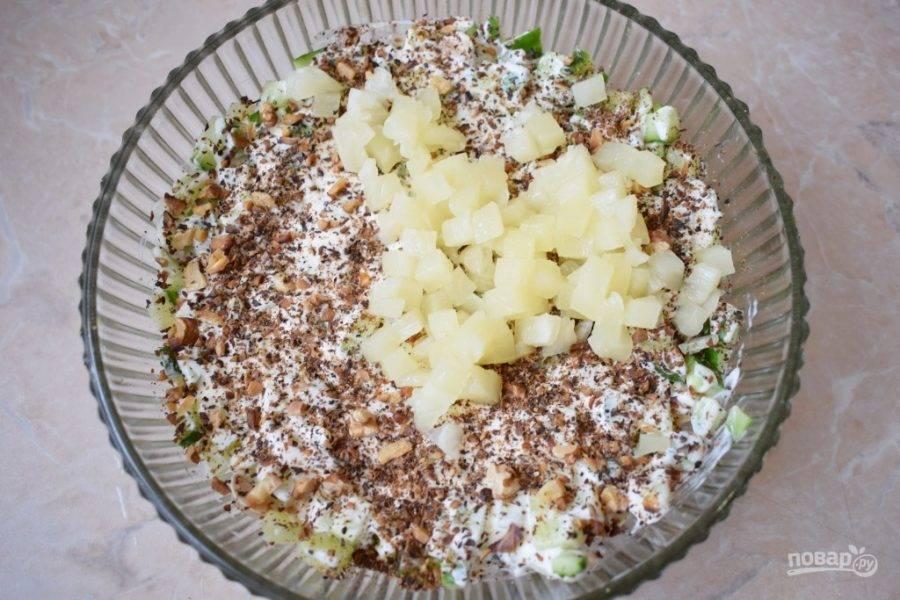 Орехи измельчите, обжарьте и посыпьте равномерным слоем в салат. Затем выложите мелко нарезанные консервированные шампиньоны. Слой немного промажьте майонезом.