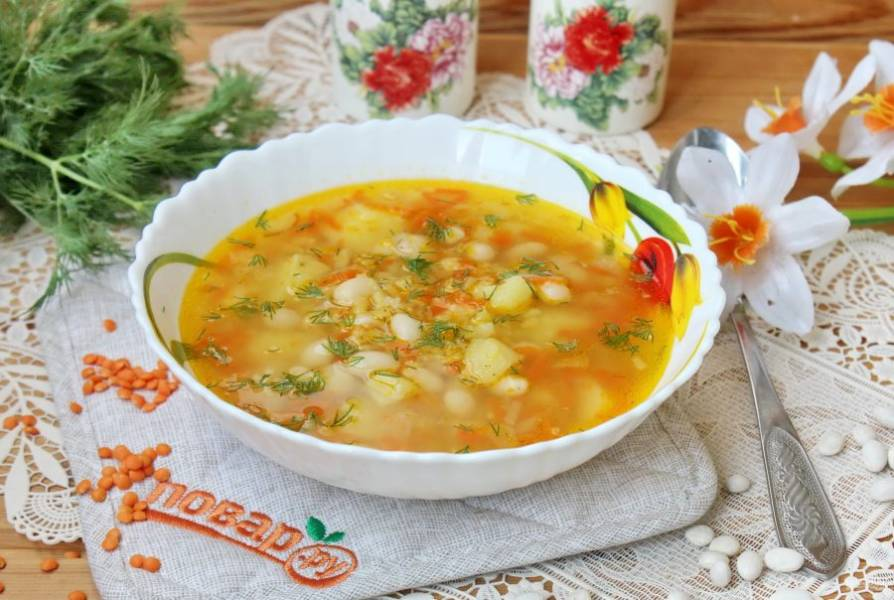 Суп из фасоли и чечевицы готов. Подавайте на первое в обед.